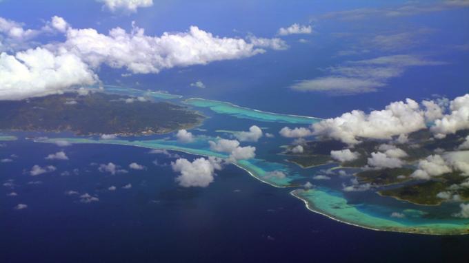 Une vue aérienne des lagons de Raiatea et Tahaa