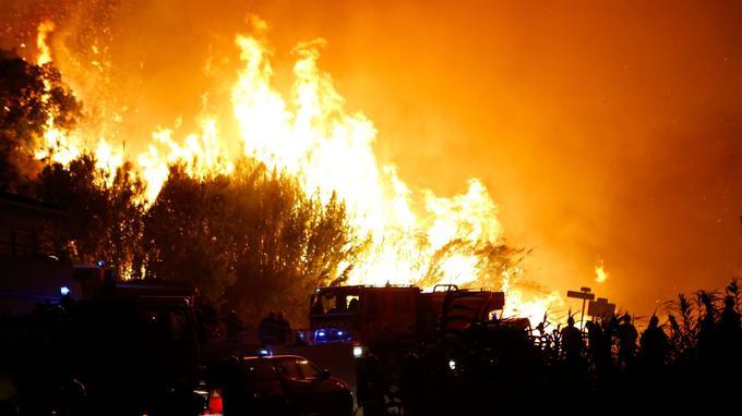 Les pompiers luttent contre les flemmes à Biguglia, lundi soir.