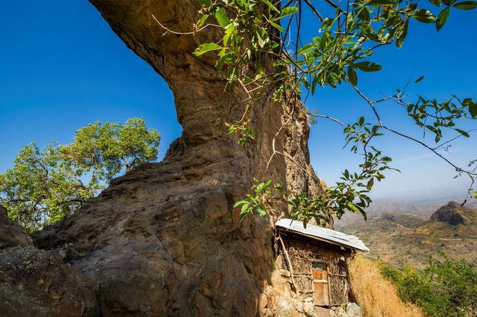 Dans le Simien, l'arche rocheuse de Zagor amba abrite les huttes de quelques ermites près du monastère rupestre de Chugi Maryam. On y accède après 4 à 5 heures de marche à travers champs et forêts d'euphorbes géantes peuplées de singes et de damans des rochers.