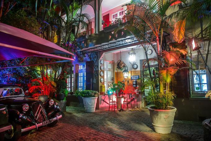 À Antananarivo, le propriétaire de l'hôtel restaurant La Varangue est un fana de pièces coloniales laissées en ville par les Européens après leur départ. En hiver, on dîne auprès de l'âtre.