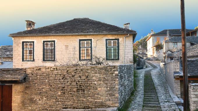 De hautes maisons au crépi blanc à Vyzitsa. Crédit: © kostasaletras/Fotolia/Voyageurs du Monde