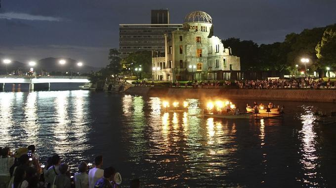 Les organisateurs du rassemblement ont allumé des torches en hommage aux victimes sur la rivière Motoyasu, près du mémorial de la paix d'Hiroshima.