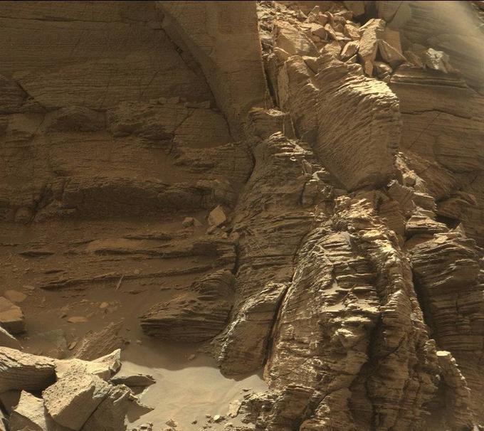 Dans la partie inférieure du Mont Sharp, des roches finement stratifiées.