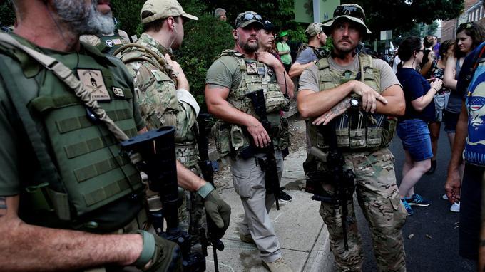 Tenues paramilitaires et fusils d'assaut dans cet État qui autorise largement le port d'armes.