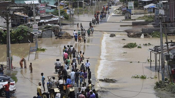 Une vingtaine de morts et près de 700.000 personnes bloquées par les crues de plusieurs rivières au Bangladesh.