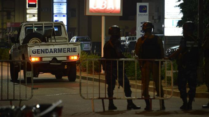 Des militaires et gendarmes ont sécurisé le périmètre autour de l'attaque.