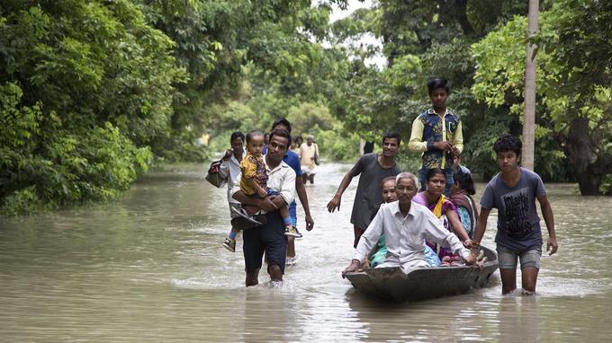 Des milliers de familles ont été contraintes de se réfugier dans des camps d'urgence en Inde.