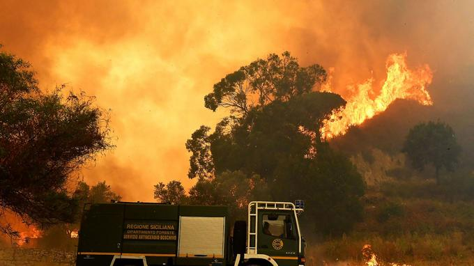 Un camion de pompier près d'un incendie, en juillet 2017, en Italie.
