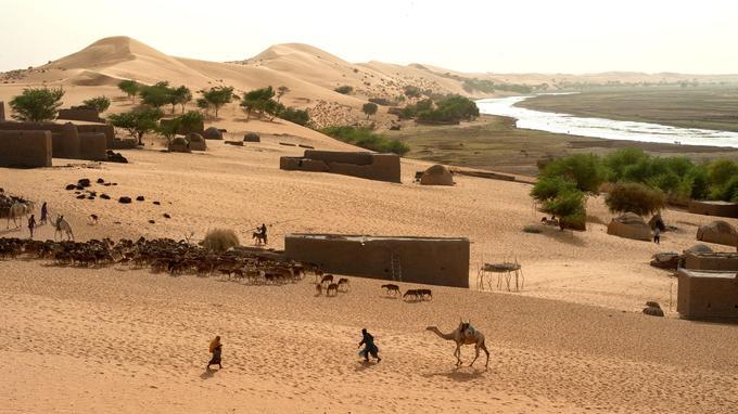 Pendant la saison chaude, les bergers nomades utilisent le fleuve comme un abreuvoir naturel. Avec leurs troupeaux de moutons ou de dromadaires, ils effectuent plusieurs heures de marche avant d'atteindre ses rives.