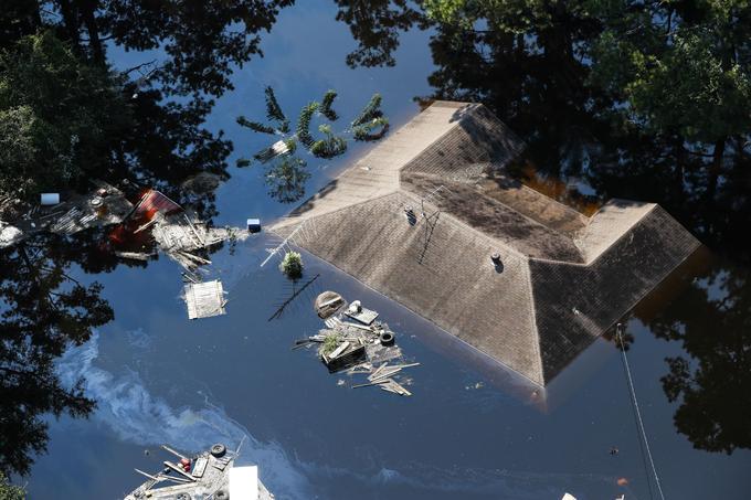 Une maison totalement submergée par les inondations vendredi à Lumberton au Texas.