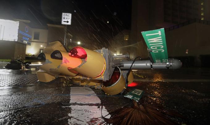 Un feu de signalisation est tombé à terre après les vents de plus de 200km/h de l'ouragan Harvey à Corpus Christi au Texas.