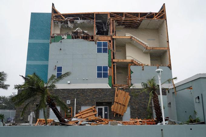 Après les vents violents de l'ouragan Harvey, le mur d'un hôtel a disparu à Rock Port au Texas.