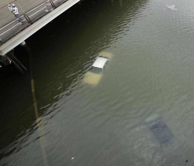 L'une des premières images à illustrer ces inondations catastrophiques. Des voitures ont été complètement submergées en quelques heures dimanche 27 août à Houston.