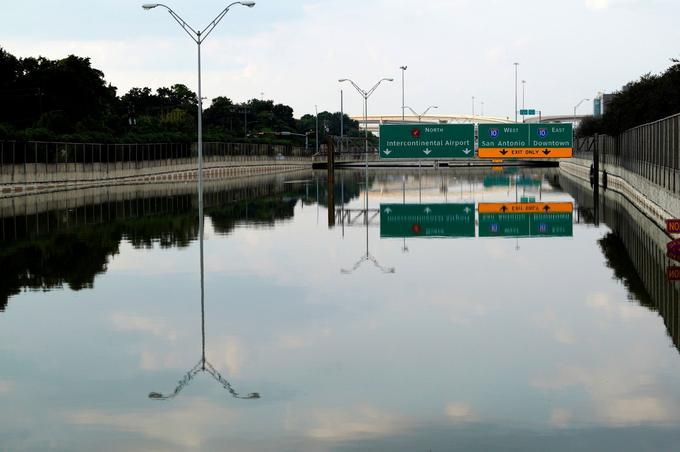 Une autoroute à Houston, au Texas, complètement recouverte par les eaux.