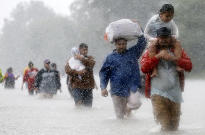 Les habitants de Houston fuient la montée des eaux le 28 août.