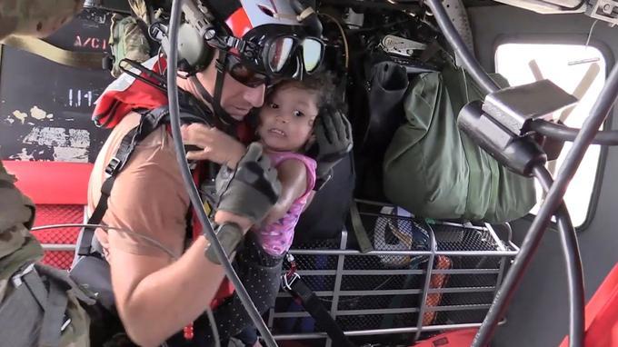 Un secouriste de l'U.S. Air Force a sauvé une jeune fille des inondations par hélicoptère à Houston, au Texas.