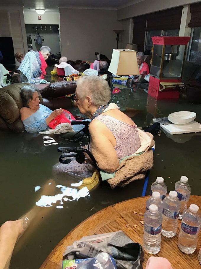 Les résidents d'une maison de retraite, La Vita Bella, à Dickinson au Texas, attendent les secours assis dans l'eau le 27 août dernier.