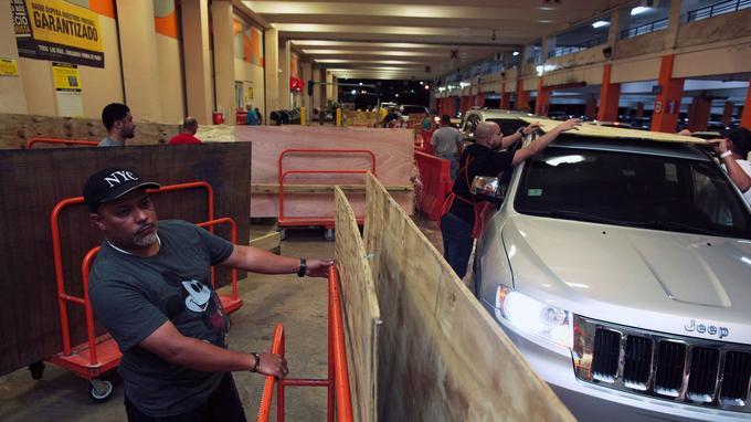 De nombreux Portoricains ont acheté du matériel pour protéger leurs habitations.