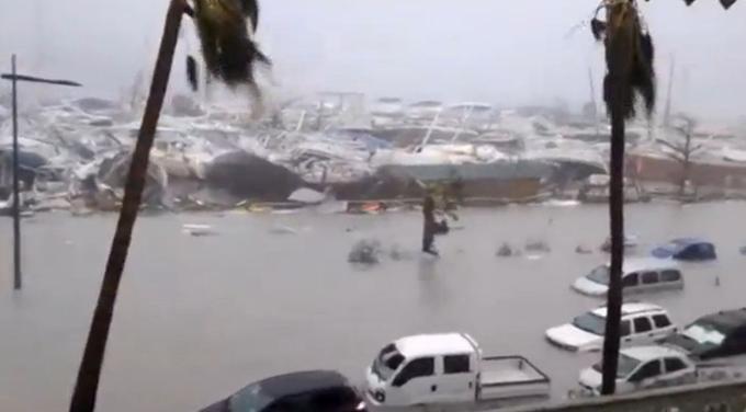 Des véhicules submergés et des bateaux endommagés, mercredi à Saint-Martin lors du passage d'Irma.