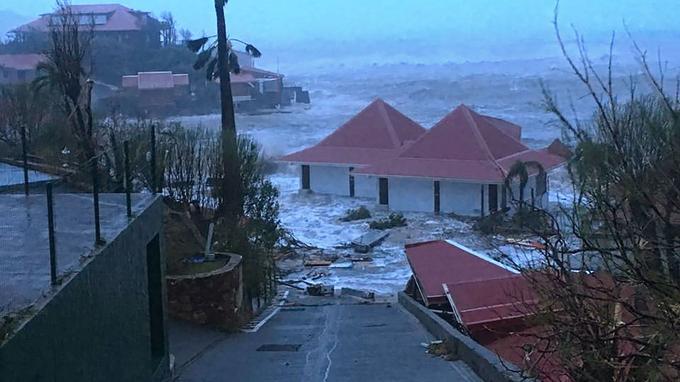 Des maisons inondées près de la cote.