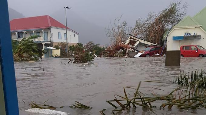Une grande partie des rues est restée inondée, privant les habitants d'eau potable et d'électricité.