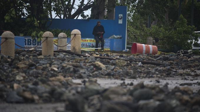 Un homme se repose pendant des recherches au milieu des débris à Fajardo, jeudi.