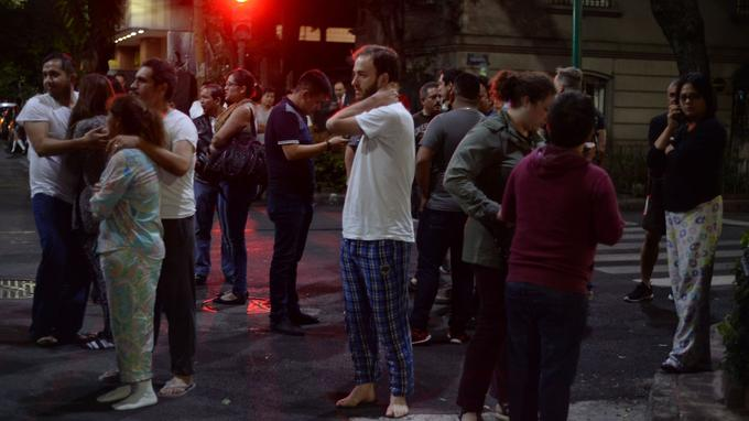 Des centaines de personnes sont sorties dans les rues de Mexico après le séisme.