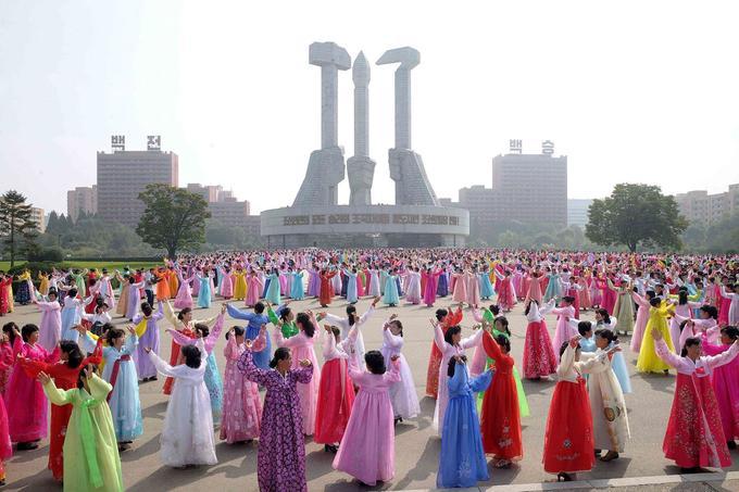 Des femmes dansent sur la place du Monument du parti.