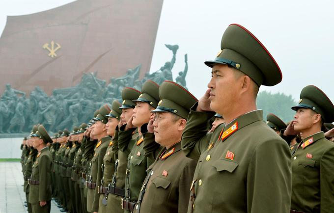 Des soldats nord-coréens rassemblés au Grand Monument Mansudae à Pyongyang pour le 69e anniversaire de la Corée du Nord.