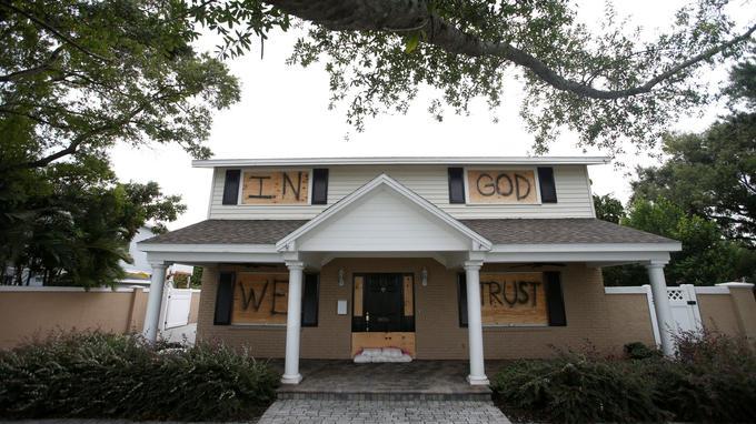 A Tampa, les maisons ont été évacuées. Ici on peut: «In God we trust» (Nous croyons en Dieu).
