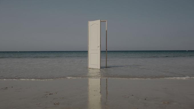 Une porte ouverte a été installée sur la plage de Tarifa pour symboliser l'accueil des migrants, dont un grand nombre n'atteint pas la côte en vie.