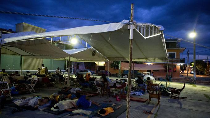 Plusieurs familles accompagnées d'enfants et de personnes âgées se sont installées sur la petite place de l'église à Juchitan.