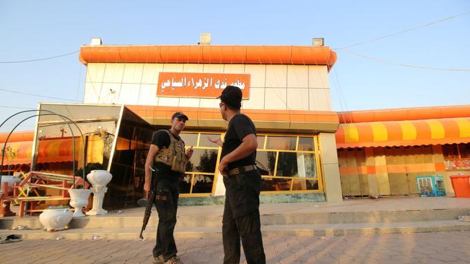 Les forces de sécurité irakiennes inspectent le lieu de l'attentat.