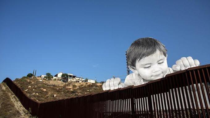Le collage de JR à la frontière entre le Mexique et les USA.