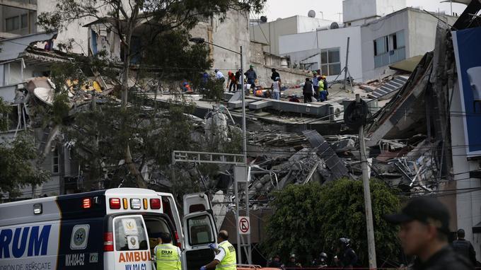 Les secours s'organisent sur les restes d'un immeuble effondré en plein coeur de Mexico.