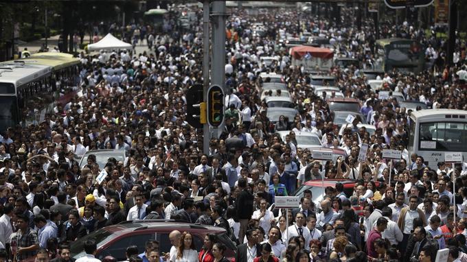 Après avoir quitté leurs immeubles, les habitants de Mexico se sont retrouvés dans les rues du centre-ville.