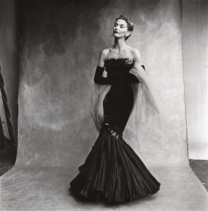 Le plus grand mannequin des années d'après-guerre, Lisa Fonssagrives-Penn, en robe sirène Rochas, l'année de son mariage avec Irving Penn (1950).