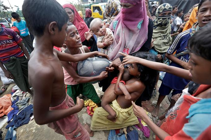 Les réfugiés rohingyas se bagarrent pour récupérer des produits de première nécessité.