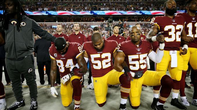 Les joueurs de Washington Redskins s'agenouillent, pendant l'hymne américain, le 25 septembre 2017.