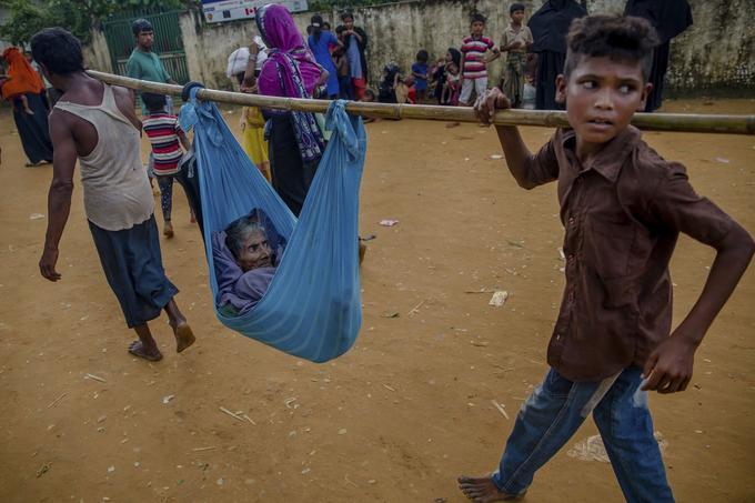 Une femme est transportée à l'hôpital par son fils et son petit-fils au camp de réfugié de Kutupalong, au Bangladesh.