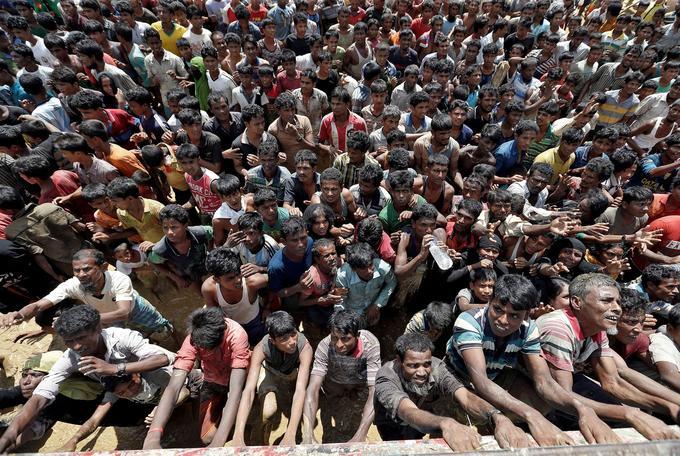 Une foule de réfugiés rohingyas à Cox's Bazar, au Bangladesh, attendent une distribution d'aide alimentaire.