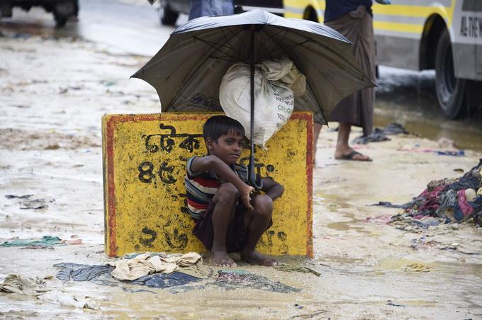 Des pluies diluviennes se sont abattues sur le Bangladesh ces derniers jours. Un jeune rohingya se protège dans un camp à côté de Ukhia.