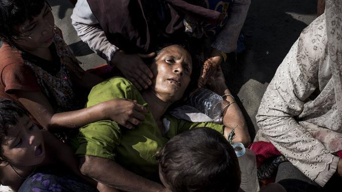 Une femme Rohingya, épuisée après avoir réussi à rejoindre le Bangladesh.