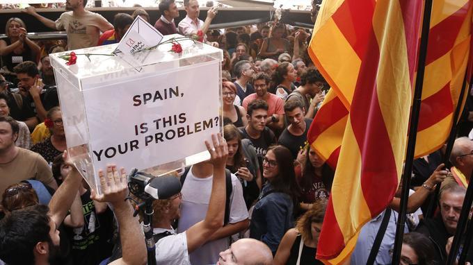 «Espagne, est-ce ça ton problème?», interroge le slogan anglophone inscrit sur l'urne portée par des manifestants réunis devant les locaux du ministère de l'Économie catalan, le 20 septembre, après l'arrestation de plusieurs responsables politiques.
