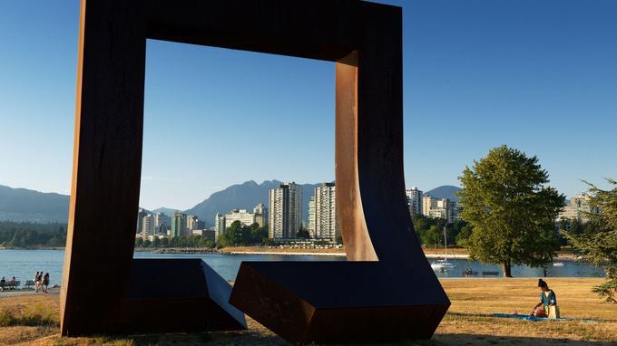 Une vingtaine d'œuvres d'art contemporain sont disséminées dans la cité, comme cette sculpture figurant la porte du mythique passage du Nord-Ouest.