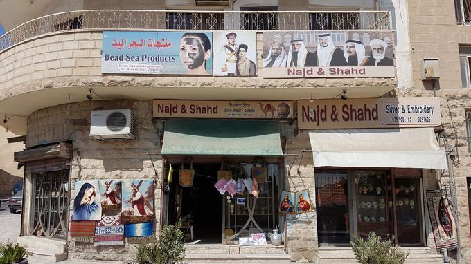 Les boutiques proposent aussi bien des poupées voilées que des tapisseries de scènes du Nouveau Testament. DR