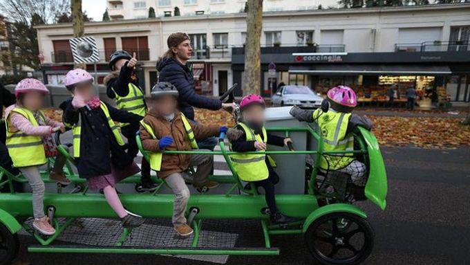 Le vélo, avec plusieurs jeunes cyclistes, peut servir de transport scolaire.