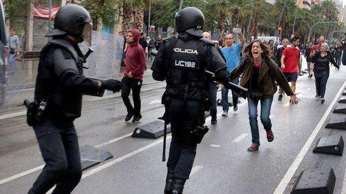 Le président indépendantiste de l'exécutif catalan Carles Puigdemont a dénoncé la «violence injustifiée» dont a fait usage la police nationale.