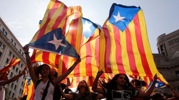 Mardi 2 octobre, des militants indépendantistes dans les rues de Barcelone. (Enrique Calvo / Reuters)