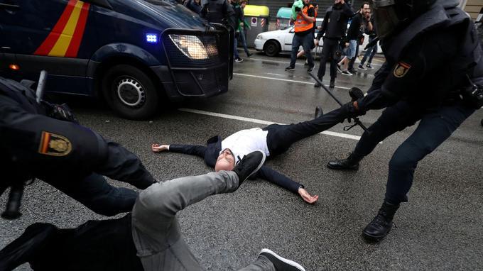 Près de 900 personnes sont blessées dimanche en marge du référendum d'autodétermination, selon les autorités catalanes.